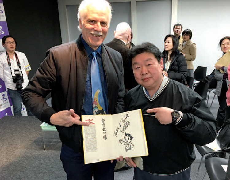 Frederik L. Schodt in Tokyo in 1993 for the publication of his essay dedicated to manga. The press conference was organised with Tezuka Osamu.