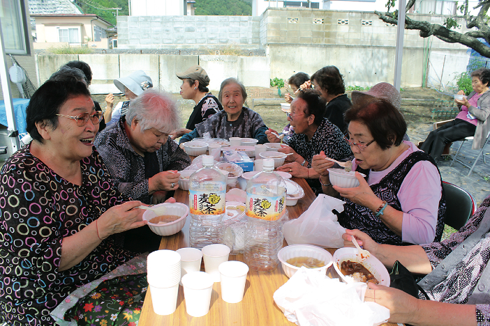 The farewell ceremony concluded with a large banquet shared by many residents.